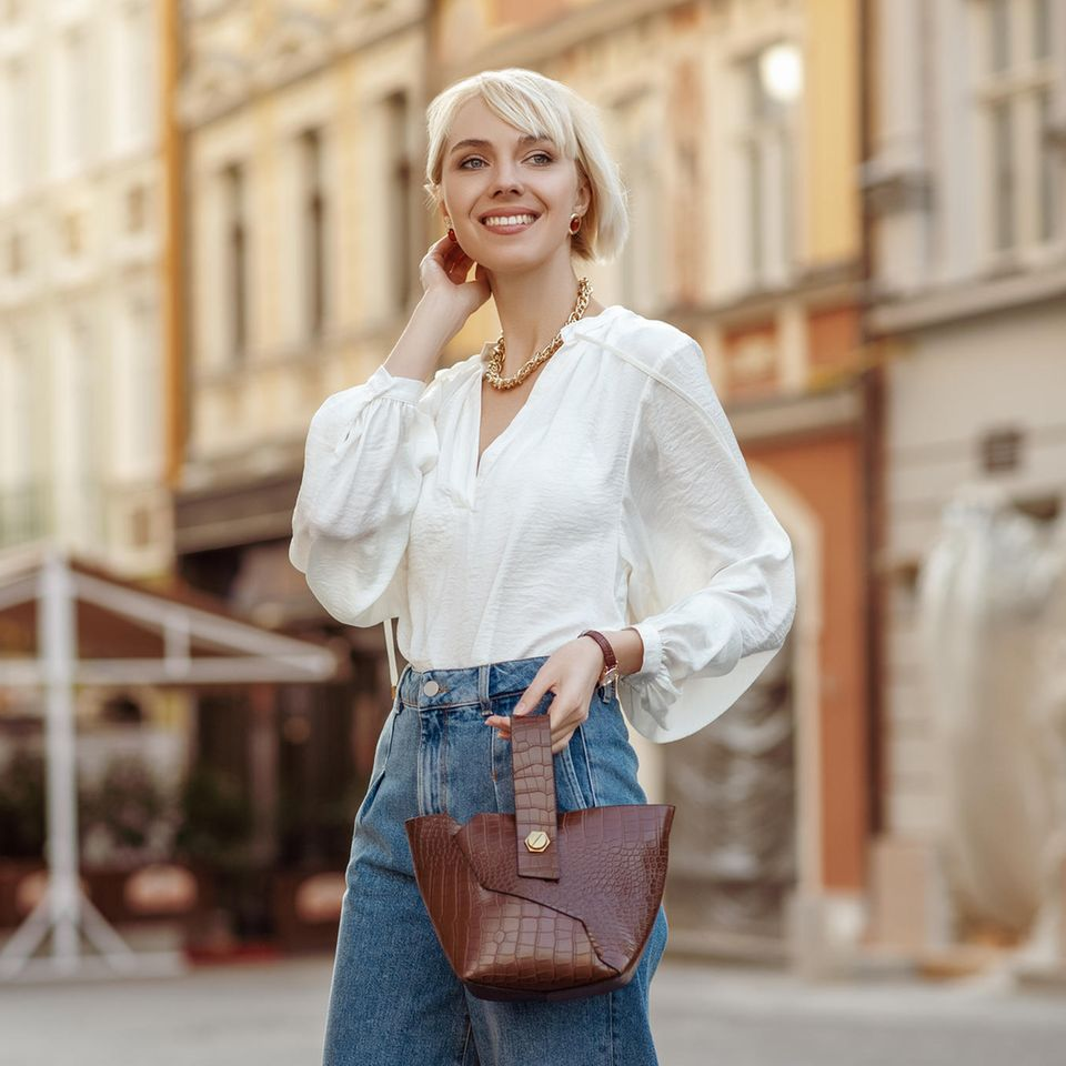 Puff, Puff, Hurrah: Frau in Bluse mit Puffärmel
