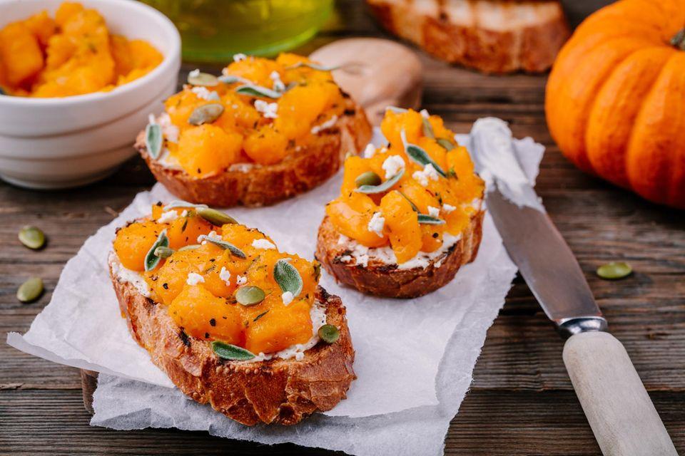 Pumpkin Toast: Drei Brotschreiben mit Kürbis, Ziegenkäse und Kräutern.