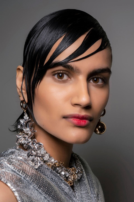 Wet-Hair-Look: Frau trägt ihre Haare im Wet-Hair-Look