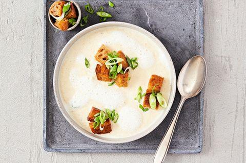 Topinambur-Suppe mit Zwiebel-Croûtons
