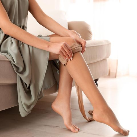 Strumpf-Saison: Frau zieht Strumpfhose an