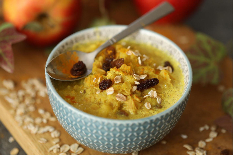 Warmes Frühstück: Haferbrei mit Kurkuma, Rosinen und Apfel