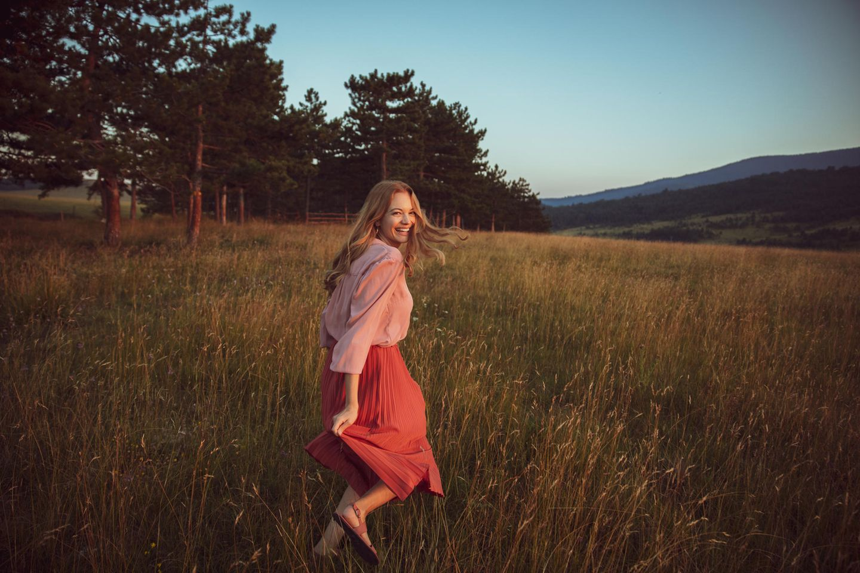 Psychologie: Frau läuft über Wiese