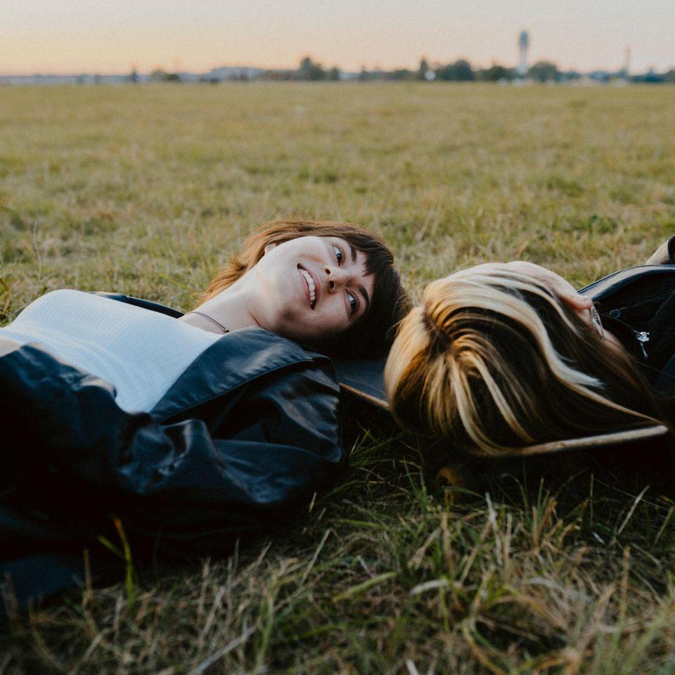 Psychologie: Freundinnen liegen auf der Wiese