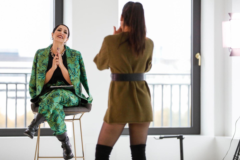 Laila Hamidi bei einem Mode-Casting