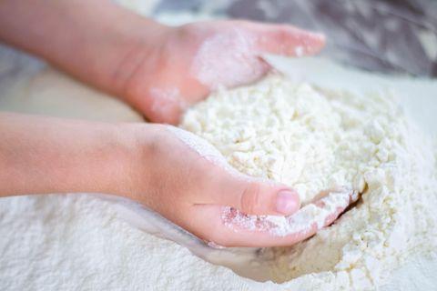 Rückruf: Mehl in den Händen