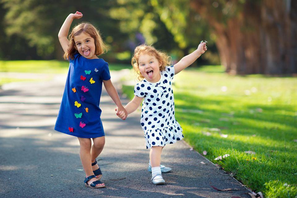 Mehrere Kinder lachen fröhlich in die Kamera.