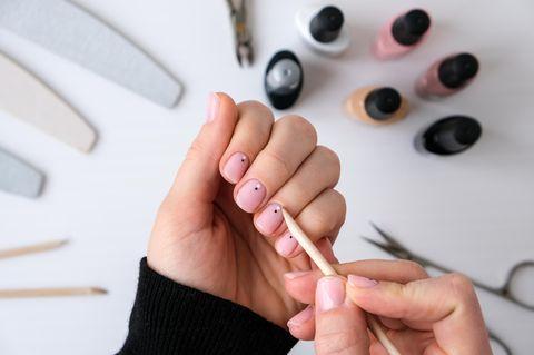 Stimmungsaufheller: Frau macht sich die Nägel