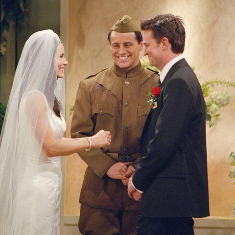 Courteney Cox und Matthew Perry als Monica und Chandler in Friends.