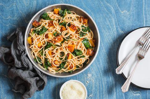 Kürbis-Spinat-Pasta: Eine Schüssel mit Spaghetti mit Kürbis und Spinat.