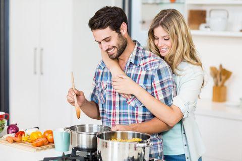 Deals des Tages: Top-Angebote auf einen Blick, Junges Paar kocht gemeinsam in der Küche