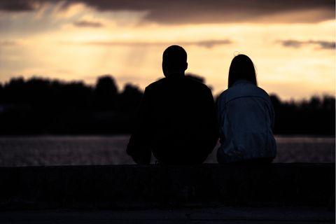 Nervige Angewohnheiten in Beziehungen: Paar schaut auf Sonnenuntergang