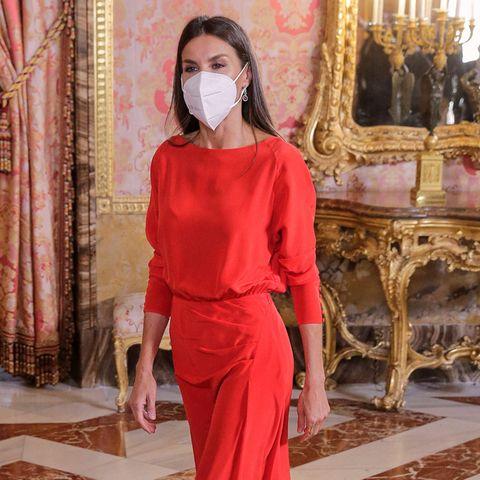 Königin Letizia trägt ein rotes Kleid