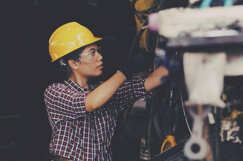 Ola Electric: Arbeiterin mit Schutzhelm