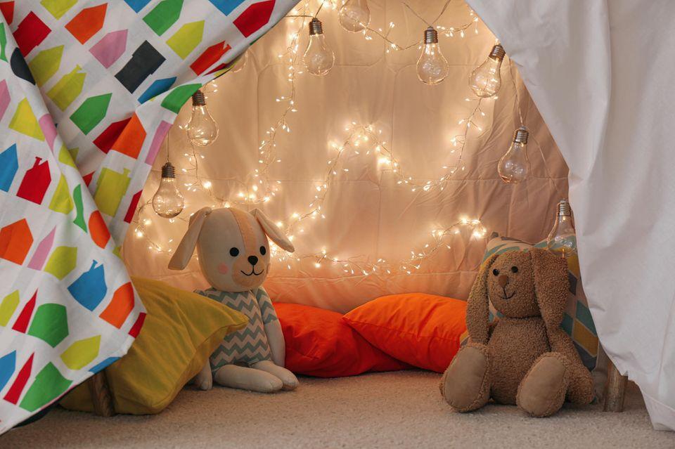 Ikea-Hack: Gemütliche Höhle mit Stofftieren und Lichterkette