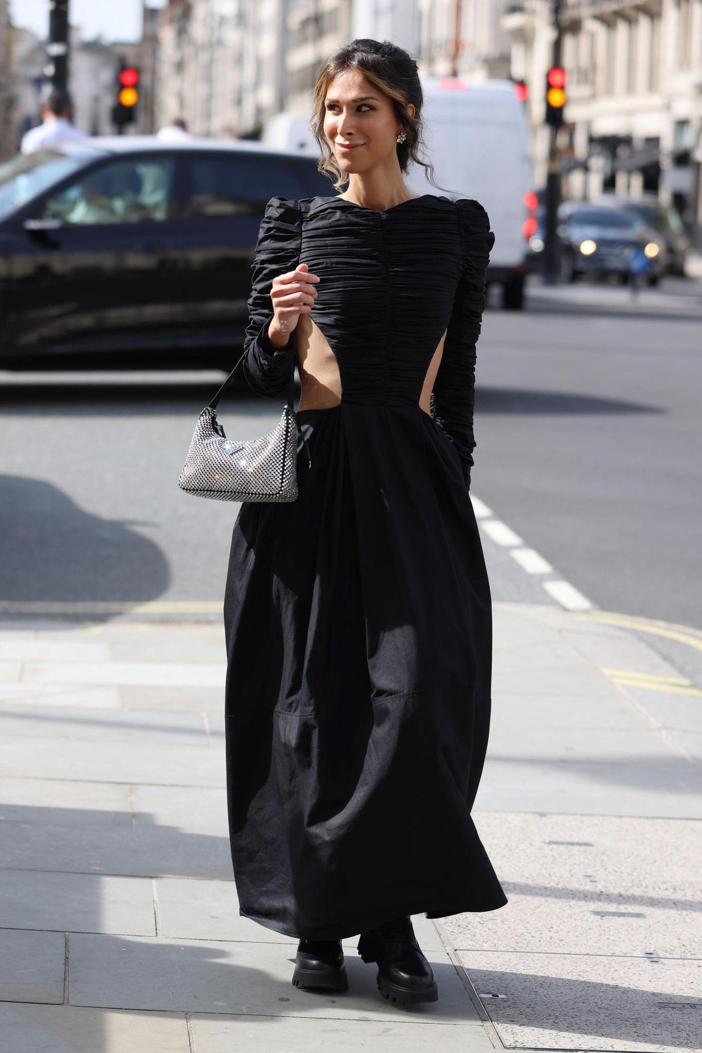 Diese Besucherin verwandelt die Straße zum Laufsteg und zieht mit ihrem Kleid mit seitlichen Cut-Outs alle Blicke auf sich.