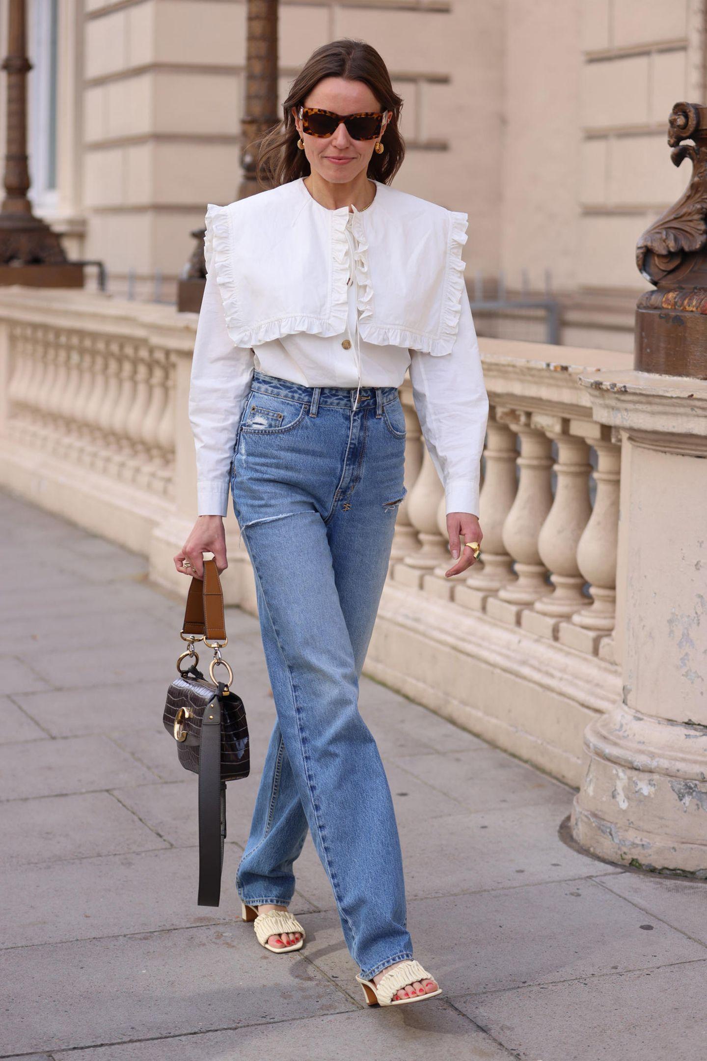 """Manchmal reicht ein Teil, um den Look aufregend zu machen: die weiße Bluse mit angesagtem """"Peter Pan""""-Kragen."""