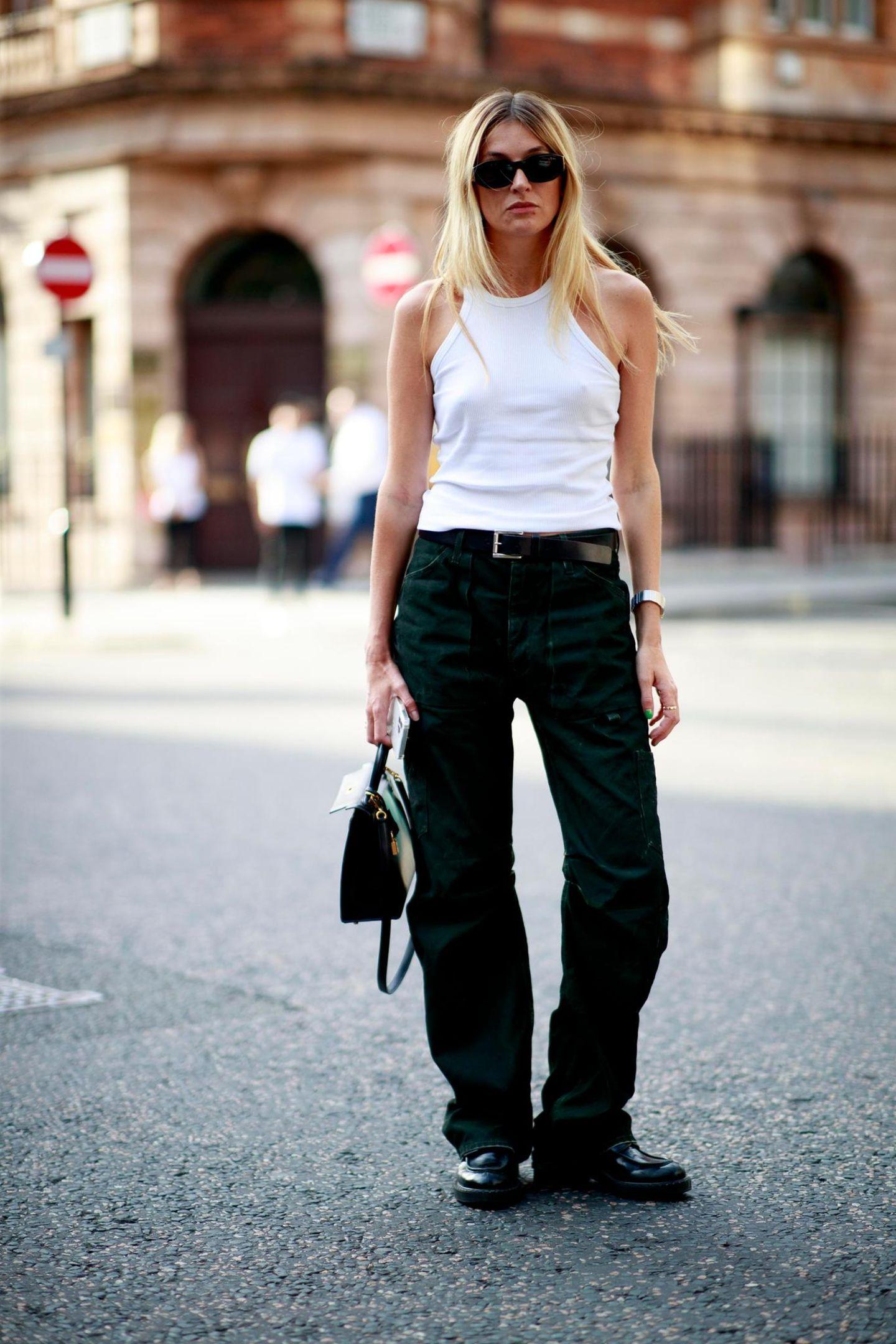 Nur wenige Influencer:innen sehen so cool und lässig aus, wie Camille Charriere. Sie stellt mal wieder unter Beweis, dass Tanktop und Jeans manchmal ausreichen, um verdammt gut auszusehen.