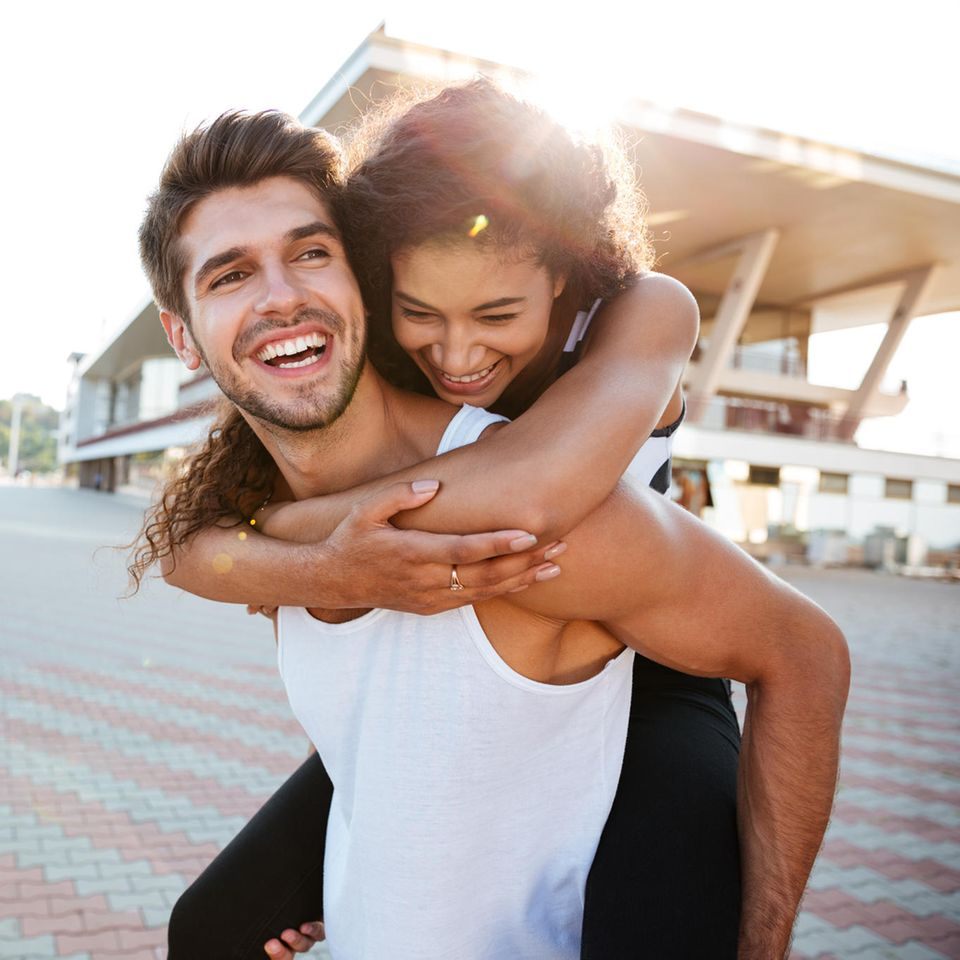 4 Anzeichen, dass deine Beziehung eine Zukunft hat: Glückliches Paar in der Sonne