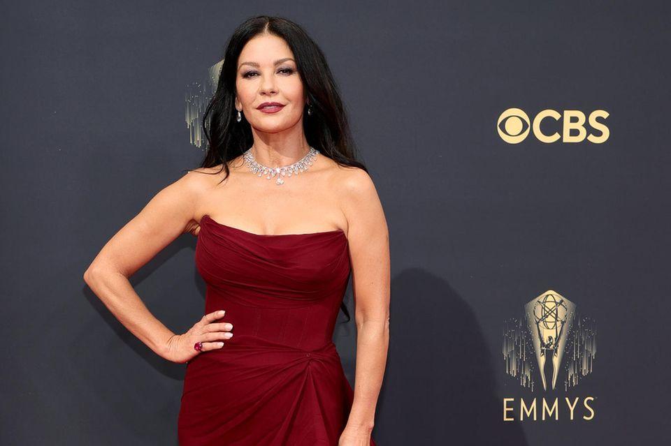 Eine, die weiß wie es geht. Catherine Zeta-Jones beweist bei den Emmys wieder einmal Stilgefühl.