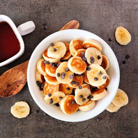 Bananen Mini-Pancakes mit Schokotröpchen in Schale