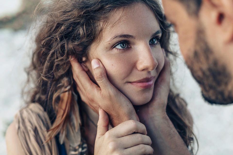 Partnerwahl: Frau guckt Mann tief in die Augen