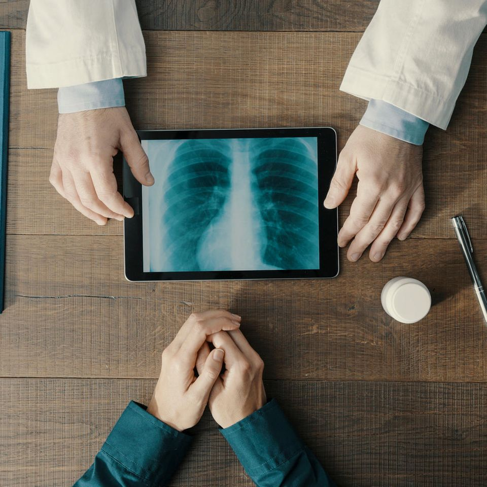 Krebsfrüherkennung: Arztschreibtisch von oben