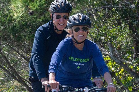 Hier mussten wir schon zwei mal hinsehen, um Dr. Jill Biden zu erkennen. Statt wie gewohnt perfekt gestylt und im Business-Look aufzutreten, lässt es die First Lady diesmal sportlich angehen und tauscht für einen Fahrrad-Ausflug durch denCape Henlopen State Park in Rehoboth Beach, Delaware ihr elegantes Kostüm gegen bequeme Leggings, Shirt und Sbeakers.