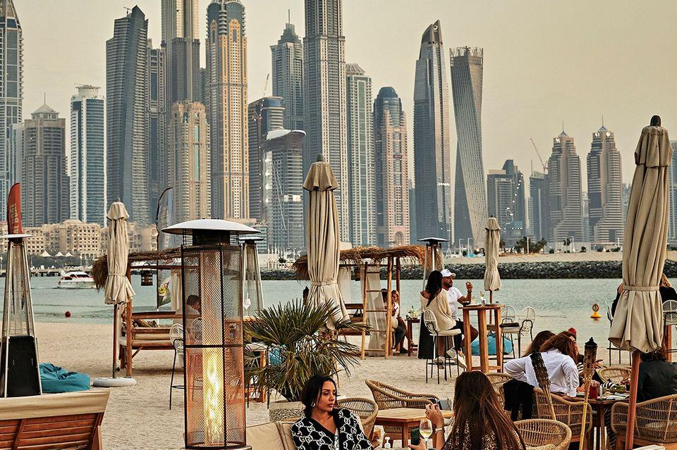 Dubai: Beachclub mit Wolkenkratzern im Hintergrund