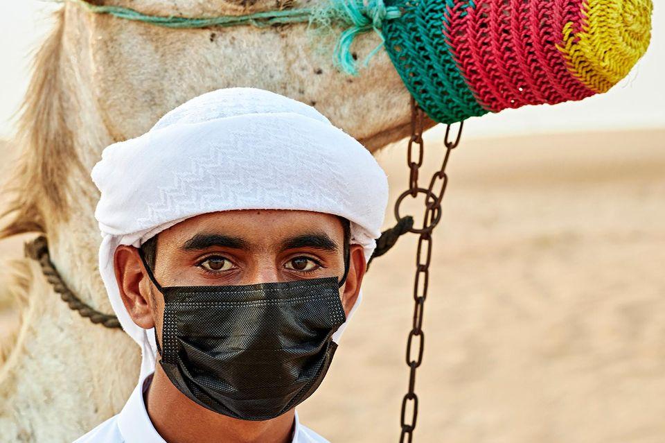 Dubai: Mann mit Maske und Kamel