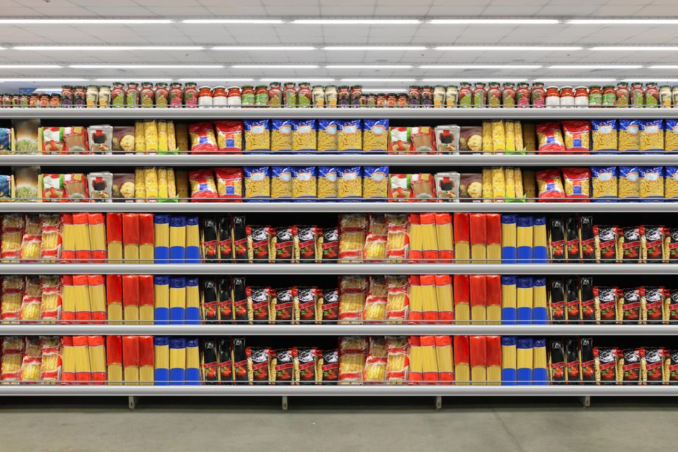 Ein Regal in einem Supermarkt ist voller Nudelpackungen.