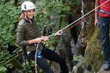 Später tauscht die Herzogin ihren Karoblazer gegen eine dunkelgrüne Steppjacke. Die ist wesentlich praktischer beim Klettern. Ihr Verlobungsring an der linken Hand darf allerdings dran bleiben. Den scheint Kate offenbar niemals abzunehmen ...