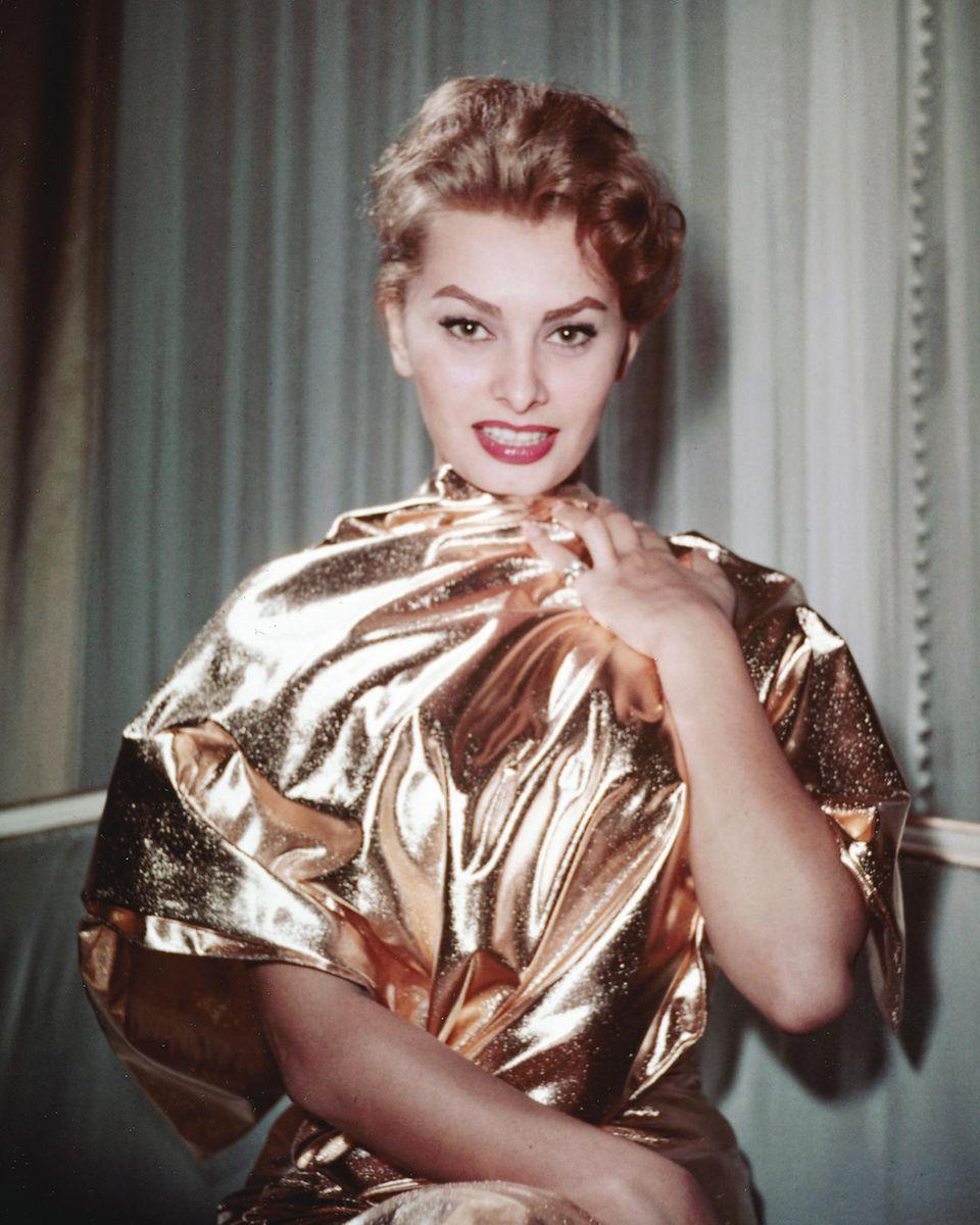 Sophia Loren liebt den ganz großen Auftritt – in Gold gelingt ihr das!