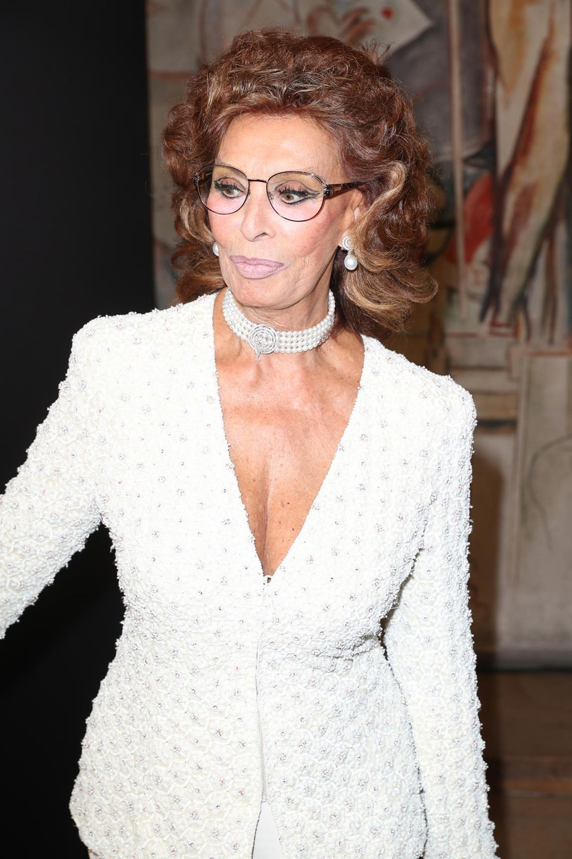Sophia Loren im tief dekolletierten Jackett