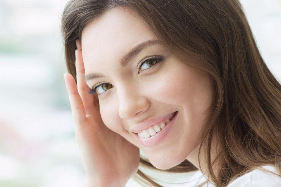 Persönlichkeit: Frau mit schönen Augenbrauen lächelt