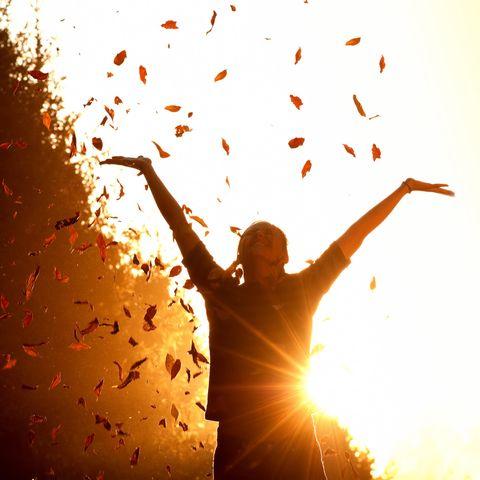 Horoskop: Eine fröhliche Frau im Herbst