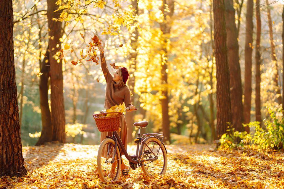 Horoskop: Fröhliche Frau im Herbst
