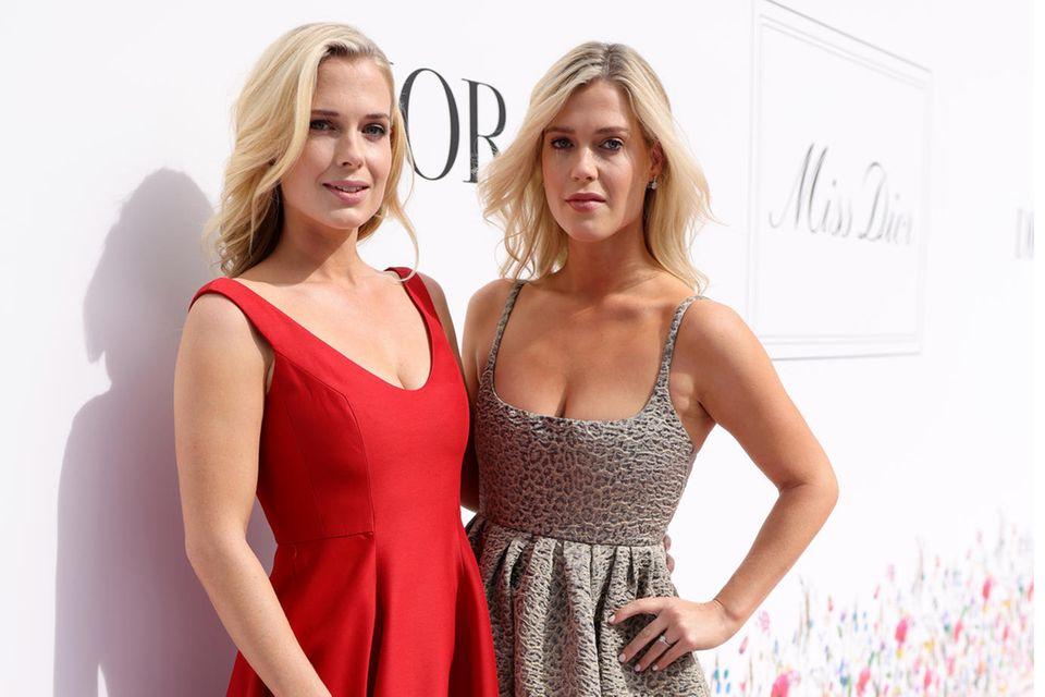 Royale Vibes beimMiss Dior Pop-up Launch in Düsseldorf: Lady Eliza (l.) und Lady Amalia Spencer, die Nichten von Lady Diana, zeigen sich in eleganten A-Linien-Kleidern in Rot und mit Leo-Print auf dem Red Carpet.