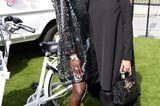Veronica Ferres (r.) und Ex-GNTM-TeilnehmerinAminata Sanogo setzen aus den All-Black-Look. Aminatas Kleid sticht durch das transparente Material aber definitiv mehr hervor.
