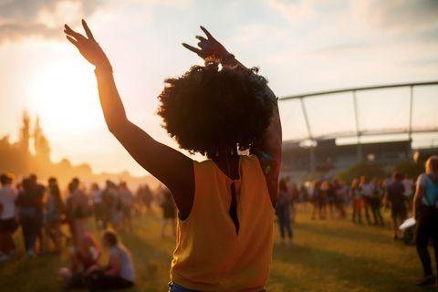 Was dein Musikgeschmack über deinen Charakter verrät: Schwarze Frau tanzt bei Open-Air-Konzert