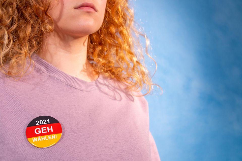 """Bundestagswahl 2021: Junge Frau mit einem """"Geh wählen""""-Button"""