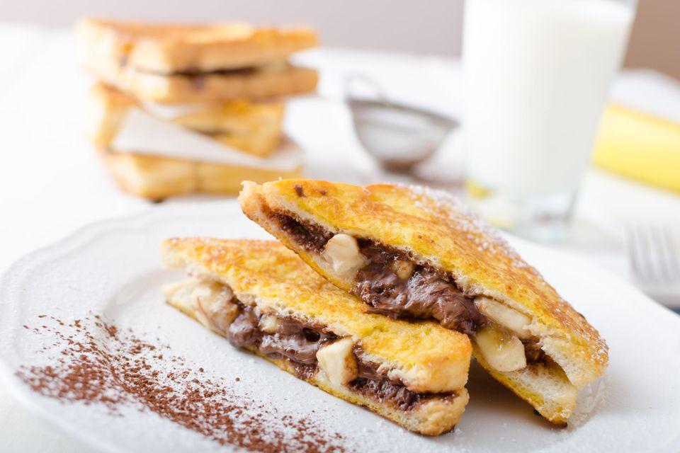 Heißes Schokoladen-Sandwich auf einem Teller angerichtet