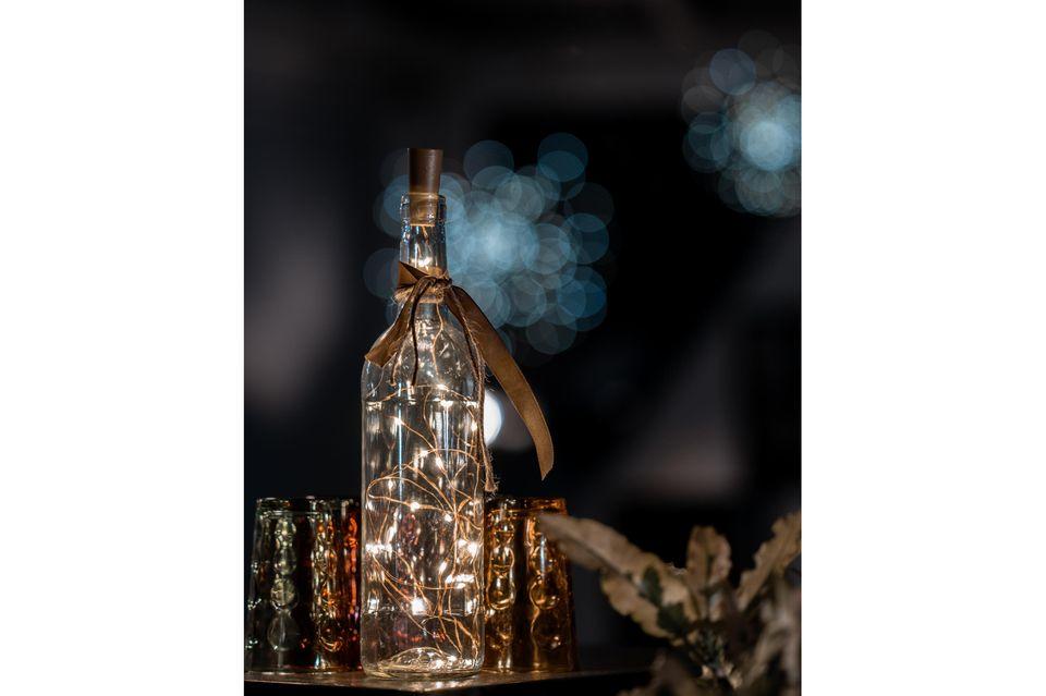 Upcycling mit Flaschen: Lichterkette in Glasflasche