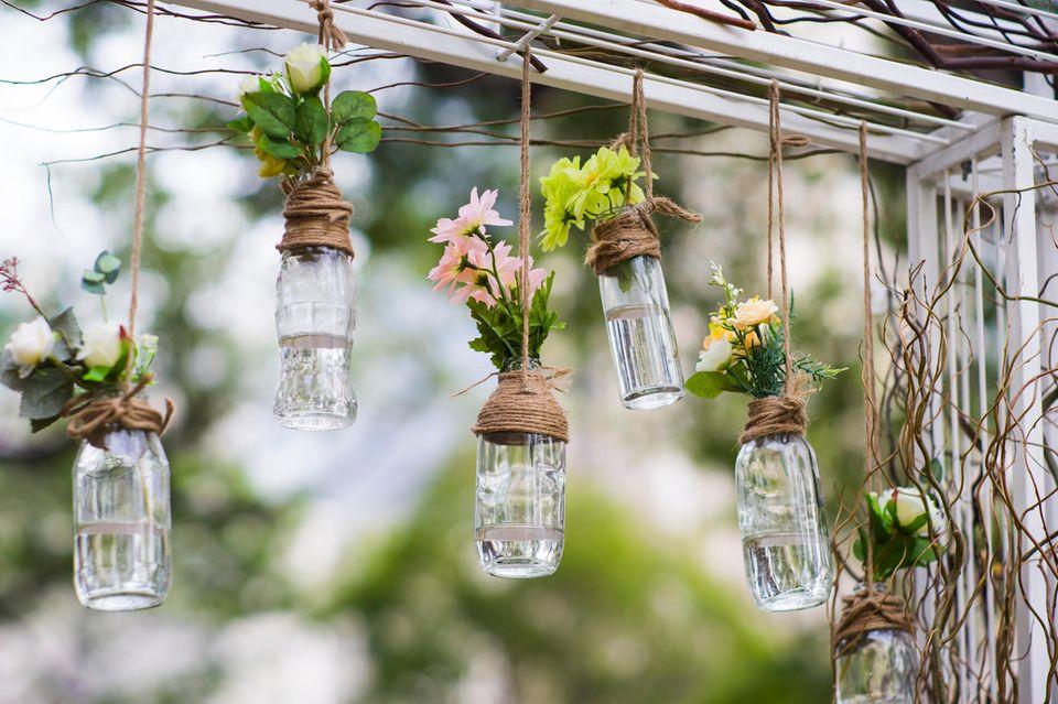 Upcycling mit Flaschen: Hängende Vasen