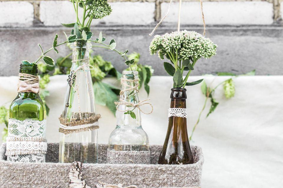 Upcycling mit Flaschen: Alte Glasflaschen mit Spitze