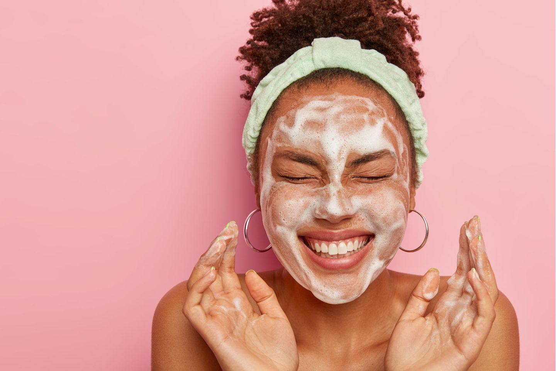 Nachhaltig Abschminken: Frau mit Reinigungsschaum im Gesicht