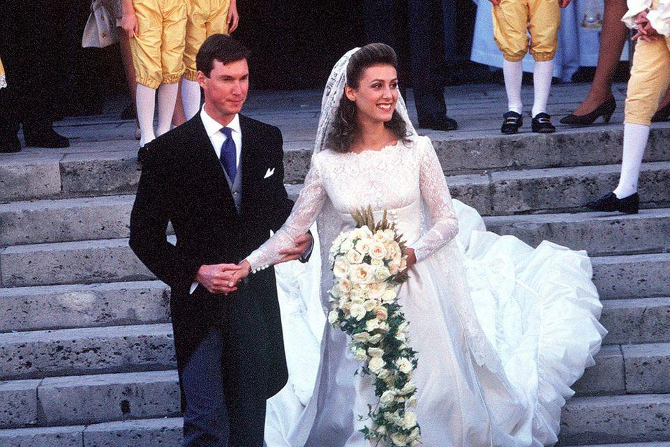 Am 24. September 1994 heiratet Prinz Guillaume von Luxemburgin Versailles seine Verlobte Sibilla Weiller, die in einem Brautkleid aus Satin, Spitze und mit gerafftem Saum sowie einem Schleier aus Spitze ihren Mann und die Hochzeitsgäste verzaubert. Guillaume ist der Bruder des amtierendenGroßherzog Henriundmit seiner Frau eher selten im Auftrag des Fürstenhaus in der Öffentlichkeit zu sehen.