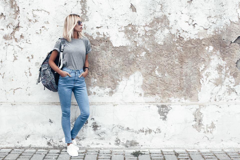Deals des Tages: Blonde Frau in blauer Jeans, trendiges Outfit, Streetwear