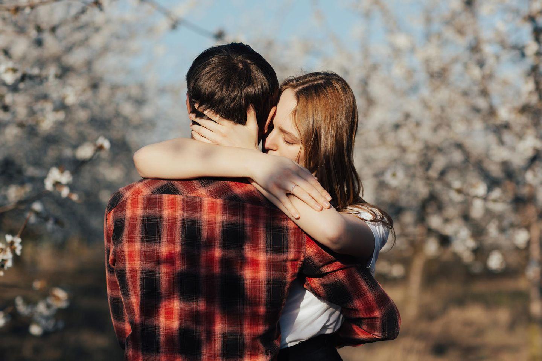 Beziehung: Ein Paar in einem Kirschgarten