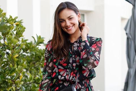 Janina Uhse lächelt.